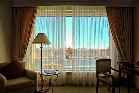 Foto die in een hotelruimte wordt genomen in stadscentrum van Kopenhagen, Denemarken. Uitzicht op een kanaal