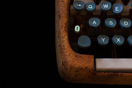 Máquina oxidada máquina de escribir de la vendimia. Equipo periodista.  Máquina de escribir cerca aisladas sobre fondo Negro. 3e4a706a8698