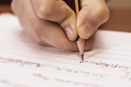 닫기를 작성하는 학교 소년. 어린이 손에 연필. 스톡 콘텐츠