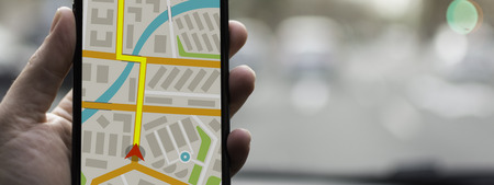 휴대 전화 장치 및 운송 개념에 GPS 네비게이션. 남성 손을 복사 공간을 사용 하여 스마트 폰에 탐색 시스템지도 추적 사용. 스톡 콘텐츠 - 88781723