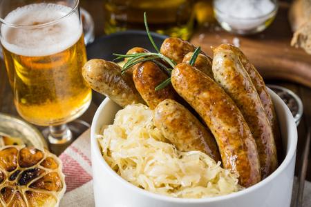 Gegrillte Würstchen, Kohl, Senf und Bier