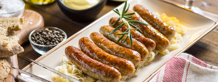 Grilled Sausages with Cabbage Salad, Mustard and Beer. Bratwurst and Sauerkraut. Stockfoto