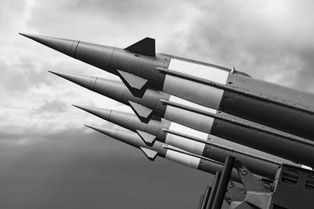 Hintergrund für den Krieg mit ballistischen Raketen. Nuklearraketen mit Sprengkopf auf düsteren Himmel gerichtet.