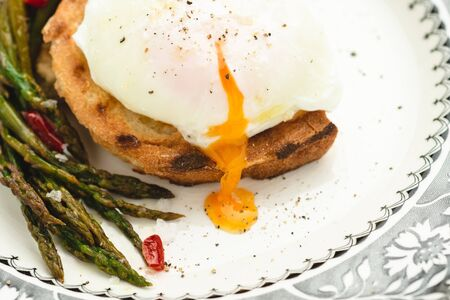 Fresh Toast with Organic Poached Egg and Boiled Green Asparagus Banque d'images