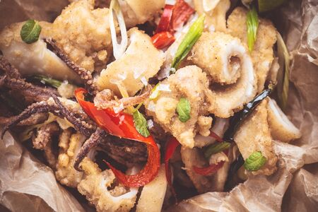 Fresh Calamari Squids with Organic Red Hot Chili Peppers in Rustic Plate Banque d'images