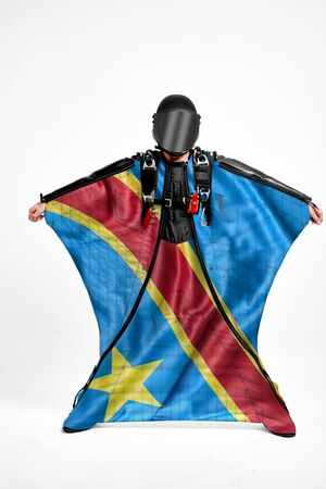 Democratic Republic of the Congo extreme. Flag in skydiving. People in free fall grab flag of Democratic Republic of the Congo. Patriotism, men and flag. Standard-Bild - 134789434