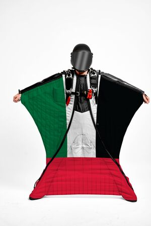 United Arab Emirates extreme. Flag in skydiving. People in free fall grab flag of United Arab Emirates . Patriotism, men and flag. 스톡 콘텐츠
