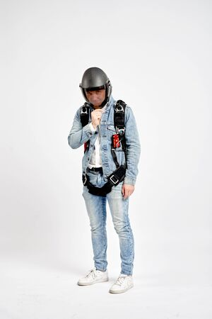 Parachutist. Fly men in parachute equipment. Extreme sport. Teampleat skydiver. Foto de archivo - 135480265