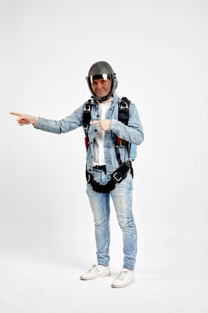 Finger in the side. Fly men shows finger in the side. Sky diver gestures by fingers. Teampleat skydiver. Foto de archivo - 135480586
