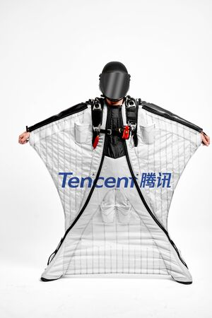 Tencent. Men in wing suit demonstrations popular brands. Men simulates of free fall.  Banco de Imagens