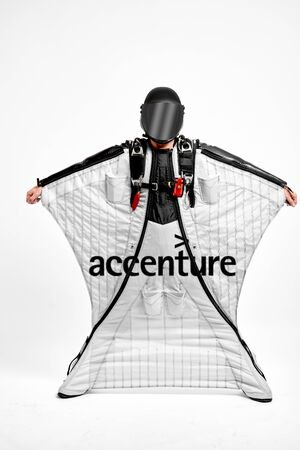 Accenture. Men in wing suit demonstrations popular brands. Men simulates of free fall.  Banco de Imagens