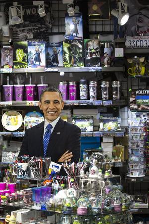 cardboard cutout: LOS ANGELES - 2 gennaio sagoma di cartone del presidente Obama in un negozio di souvenir, il 2 gennaio 2014 a Los Angeles, California Editoriali