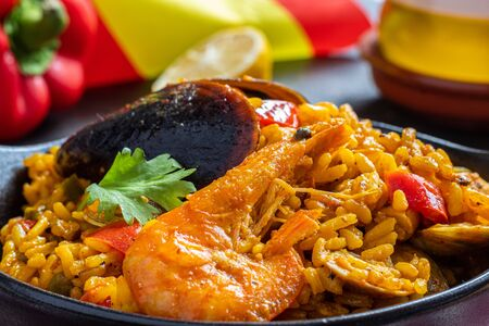 Paella di riso e frutti di mare tradizionale valenciana e spagnola