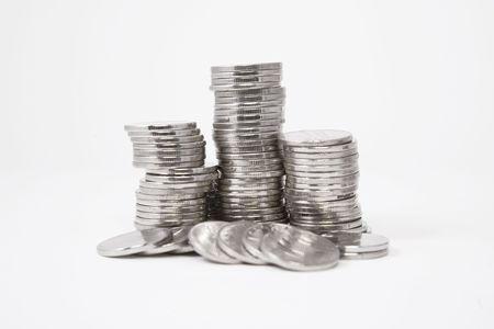 monedas antiguas: Pilas de monedas de plata sobre fondo blanco
