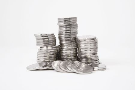 oude munten: Stapels van zilveren munten op witte achtergrond  Stockfoto