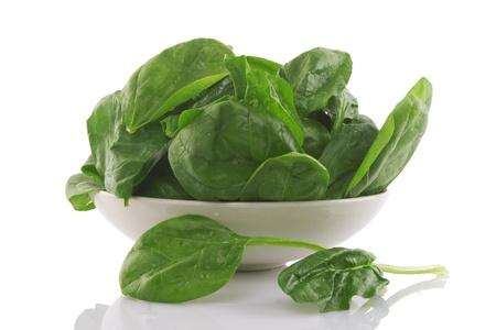 espinacas: Vista frontal de espinacas frescas en un recipiente blanco