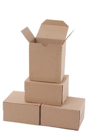 stockpiling: Cajas de cart�n marr�n en pila sobre fondo blanco Foto de archivo