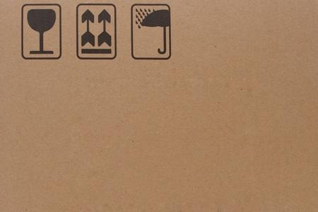 boite carton: gros plan du symbole fragile grunge noir sur carton