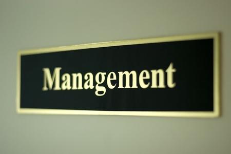 decission: parola di gestione con selectiv focus sulla porta in ufficio Archivio Fotografico