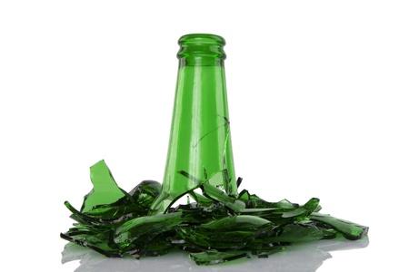 glass broken: cerca de roto botella verde sobre fondo blanco