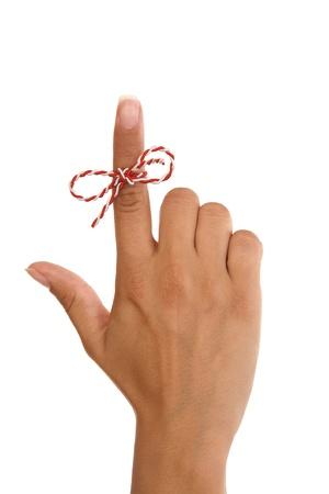 recordar: Una cadena de dedo de mujer.... recordar algo... no se olvide, aislado en fondo blanco Foto de archivo