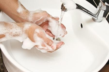 close-up de se laver les mains avec de l'eau et du savon Banque d'images - 11871564