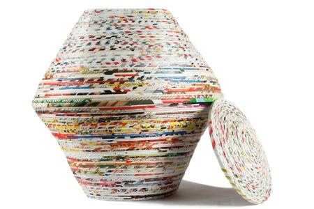 reciclaje papel: Cesta de colores hechas de papel reciclado en el fondo blanco Foto de archivo