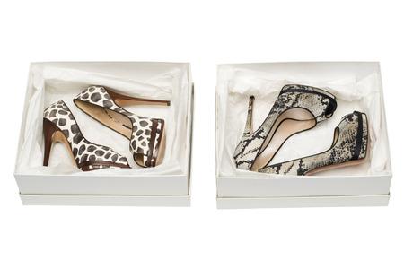 pies sexis: animal print zapatos de tac�n alto en el rect�ngulo aislado en el fondo blanco Foto de archivo