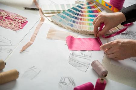Modedesigner, arbeitet in Fortschritte bei Schneidertisch