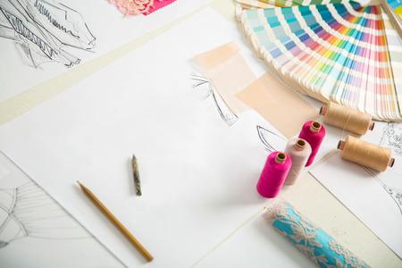 tijeras: diseñadores de moda, trabajo en progreso en la tabla a medida