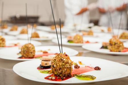 cocinero: decorado plato delicioso por un chef, listo para ser servido Foto de archivo