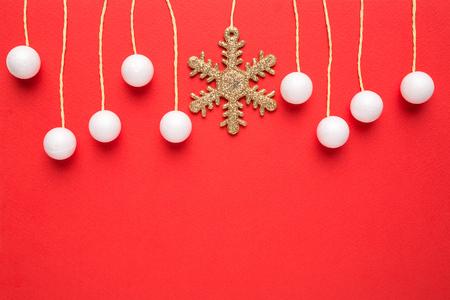 copo de nieve: tarjeta de Navidad con el colgante de la decoraci�n sobre fondo rojo Foto de archivo