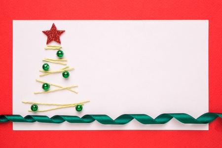 moños navideños: Tarjeta de Navidad en blanco o la invitación con el árbol de navidad en fondo rojo