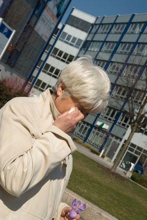 mujer llorando: Anciana llorando