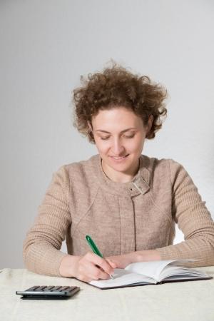 bookkeeper: joven mujer rizada trabaja como contador (contador)