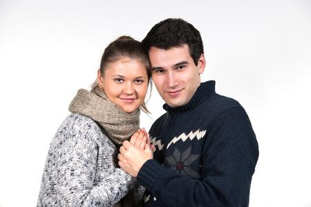 amigos abrazandose: retratos de la joven pareja en el amor, el hombre y la mujer, que llevaba ropa de invierno