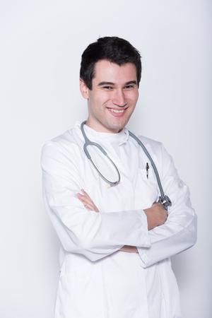 bata blanca: joven m�dico masculino en bata blanca con el estetoscopio