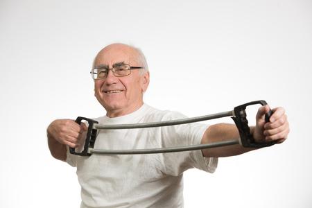 vecchiaia: vecchio uomo anziano felice e facendo sport