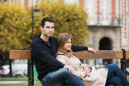 jeune couple ayant une conversation romantique sur le banc dans le parc à paris, france Banque d'images