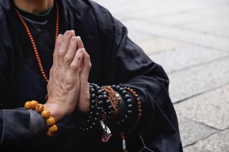 Monje budista rezando en Taipei, Taiwán Foto de archivo