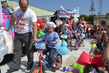 scenes from tots parade-festival that took place in Ukrainian Kherson on Sunday September 17th as part of celebrating the Day of Town foundation