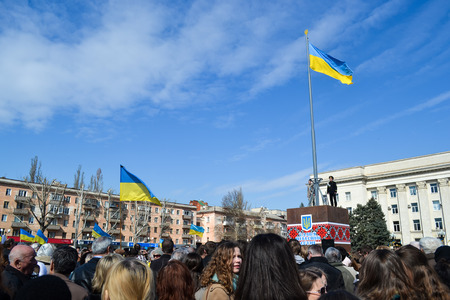 KHERSON, UKRAINE - MARCH 30, 2014  demonstrators for integrity of Ukraine against Russian intervention and unveiling of a memorial to recently fallen for democracy heroes instead of deposed Lenin  Stock Photo - 27520991