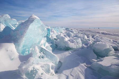 Piles of blue ice fragments covered in snow. Frozen Lake Baikal on a sunny winter day. Standard-Bild