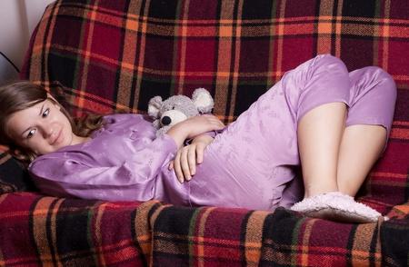 Das M�dchen im lila Pyjama auf dem Zimmer Stockfoto - 11134267