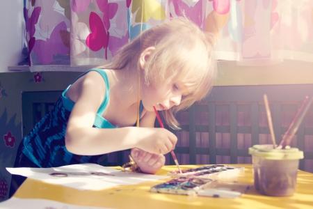 baby girl painting Standard-Bild