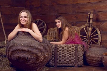 nude little girls: 2 девочки, скрытые в корзинах рядом с сеном