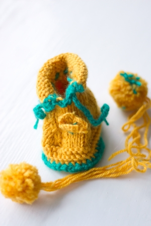 weave ball: Knitted booties and a ball