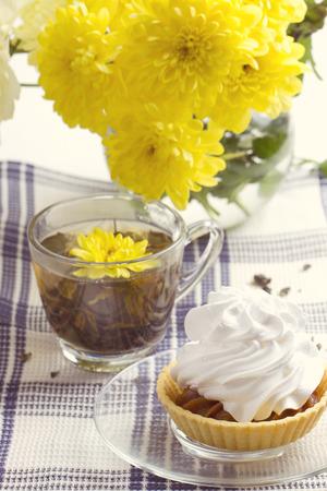 petit dejeuner romantique: D�jeuner romantique. Th�, g�teau, chrysanth�me jaune Banque d'images