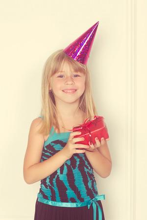 cadeau anniversaire: Fille avec un cadeau d'anniversaire et bouchon