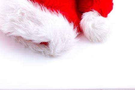 サンは、コピー スペースをたっぷりと白の毛皮で覆われた赤い休日帽子をニックネームします。 写真素材